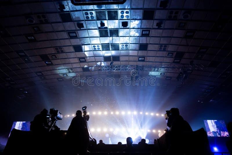工作在音乐会期间的一个小组摄影师 免版税库存照片