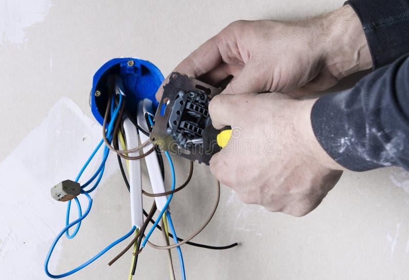 工作棍子的电工技术员 图库摄影