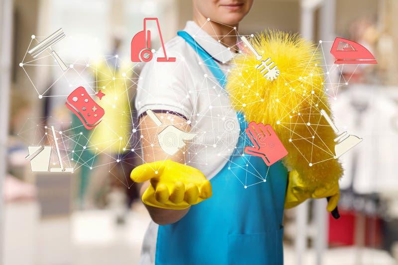 工作者拿着一个清洗的服务结构 免版税库存照片