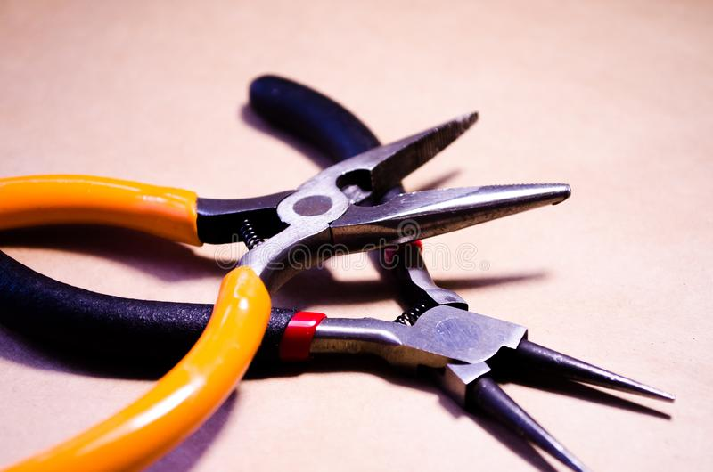工具 钳子和圆的钳子 工具男性 修理工具 为首饰的一个工具 库存图片
