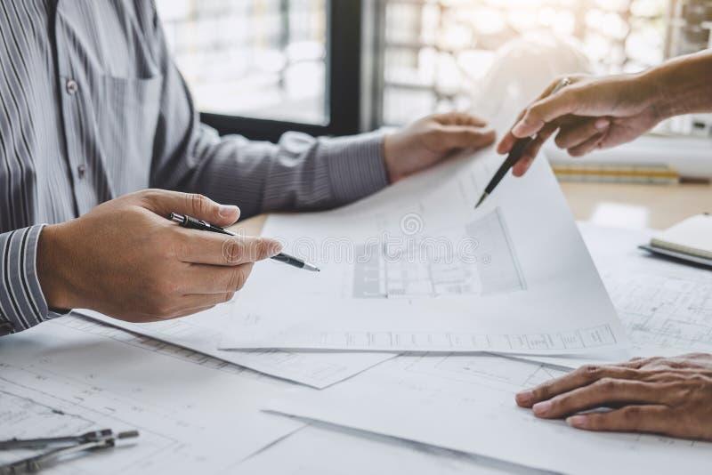 工程师或建筑师会议的建筑和结构概念项目工程的与伙伴和工程学工具 库存照片