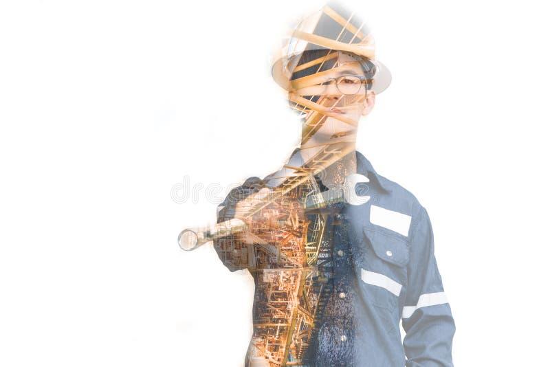 工程师或技术员人两次曝光有安全帽被管理的平台或植物的通过使用有近海油的片剂和 库存照片