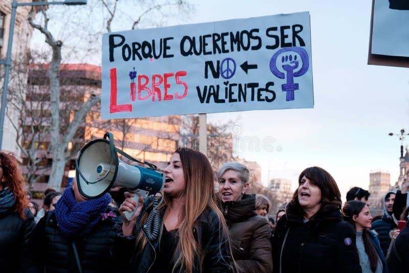 巴塞罗那,西班牙- 8日行军2018年:妇女在市中心前进在更好的人权的妇女的天期间妇女和女权主义的 库存图片