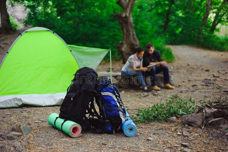 帐篷,在旅游轨道附近的两个背包在山 免版税库存照片