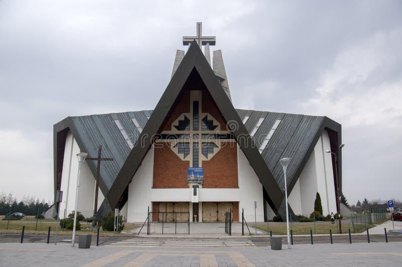 希维德尼察/波兰- 2018年3月31日:现代教会Marii在居住区的Panny Krolowej在城市的郊外 免版税库存图片
