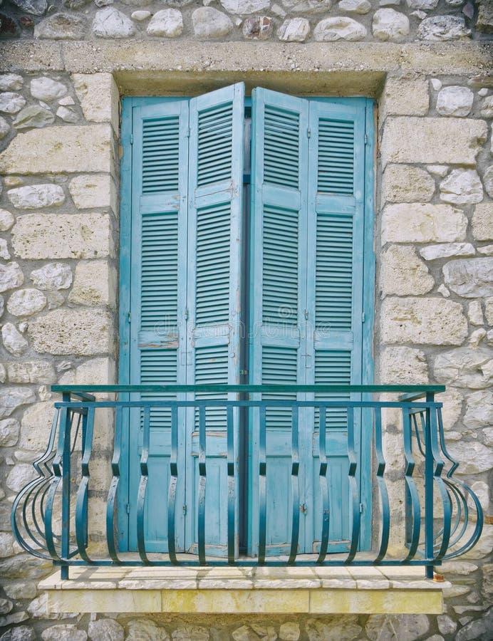 希腊前政务司官邸,五颜六色的浅兰的窗口阳台 库存图片