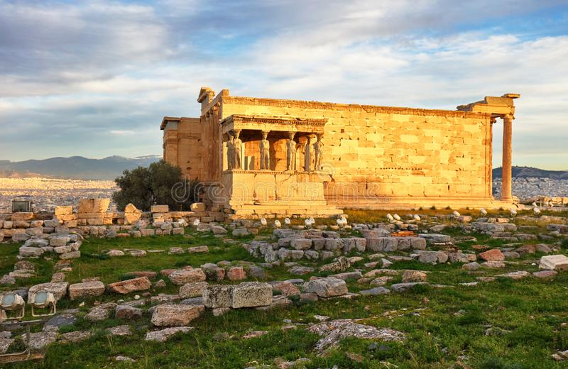 希腊-厄瑞克忒翁神庙寺庙废墟在日出期间的雅典在上城小山 免版税库存图片