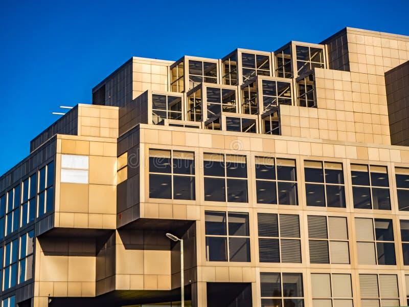 布拉克内尔,柏克夏,英国2018年11月13日:与窗口和天空蔚蓝的现代办公楼 免版税图库摄影