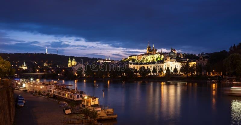 布拉格,捷克–2017年5月7日:伏尔塔瓦河河夜视图有圣维塔斯大教堂的thehill的在布拉格,捷克 库存图片