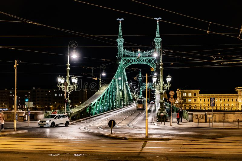 布达佩斯多瑙河和自由桥梁风景夜scape在背后照明的 自然,都市风景 库存图片