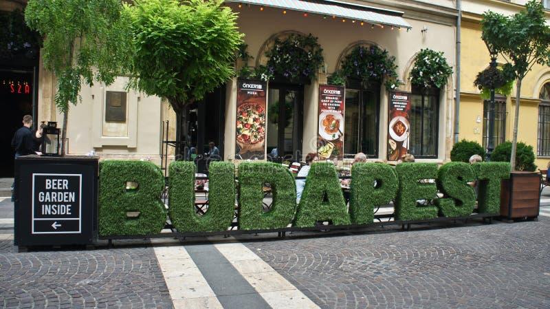 布达佩斯匈牙利- 15 07 2015年:咖啡馆在兹里尼Utca街道 库存图片