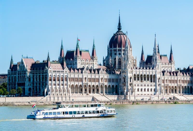 布达佩斯和白色游览小船的匈牙利国会大厦 库存照片