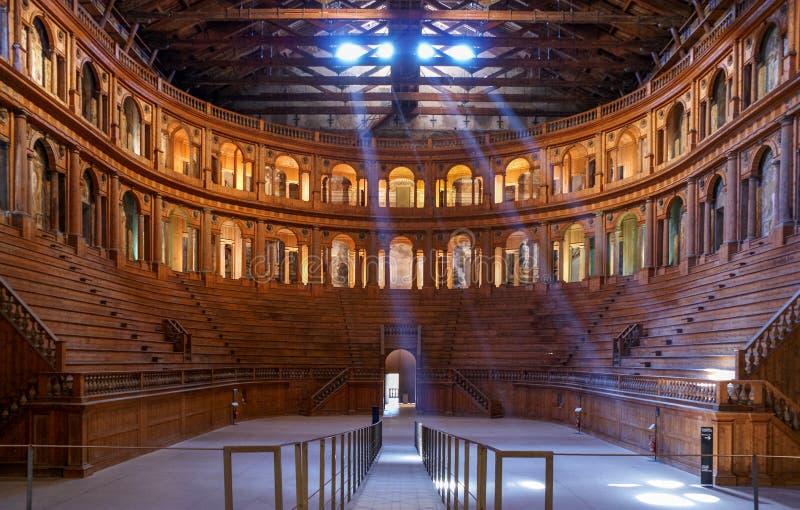 帕尔马,意大利- 2010年3月06日:位于Palazzo della的历史的法尔内塞剧院皮罗塔在帕尔马,伊米莉亚罗马甘,意大利 免版税图库摄影
