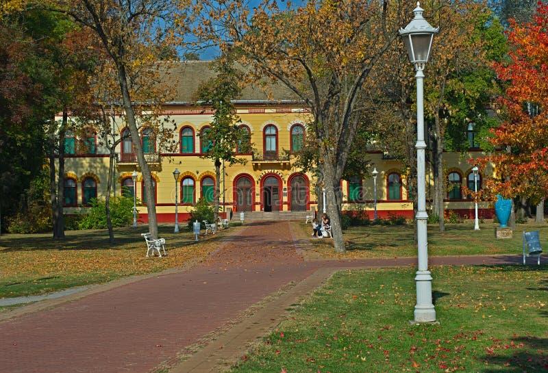 帕利奇,塞尔维亚- 2018年10月13日-导致旅馆的红砖路 免版税库存图片