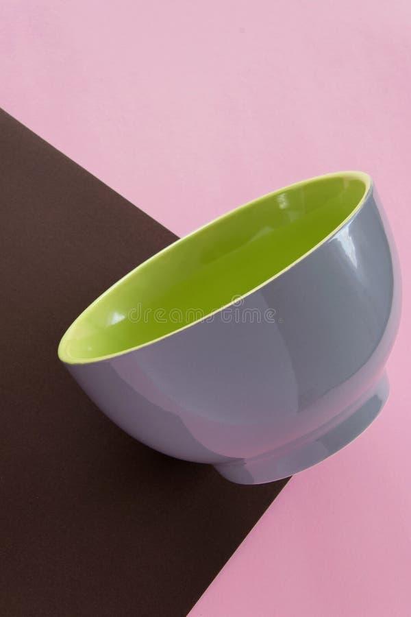 干净的陶瓷碗筷顶上的平的被放置的看法在五颜六色的背景的 图库摄影