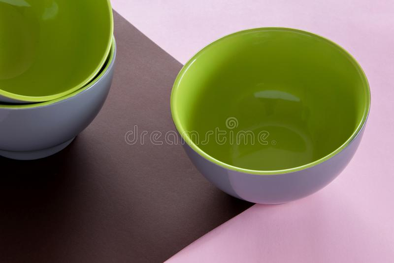 干净的陶瓷碗筷顶上的平的被放置的看法在五颜六色的背景的 库存照片