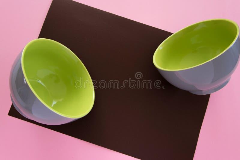 干净的陶瓷碗筷顶上的平的被放置的看法在五颜六色的背景的 库存图片