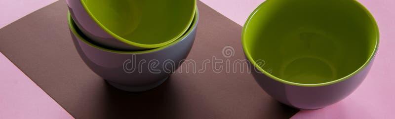干净的陶瓷碗筷顶上的平的被放置的看法在五颜六色的背景的 免版税库存图片