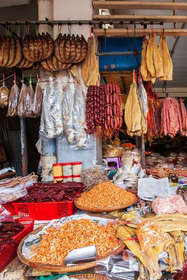 干食物品种在干燥鱼商店、大干燥鱼、熏制的鱼、虾、香肠和其他干食物的 Phsa Thmei市场, 图库摄影