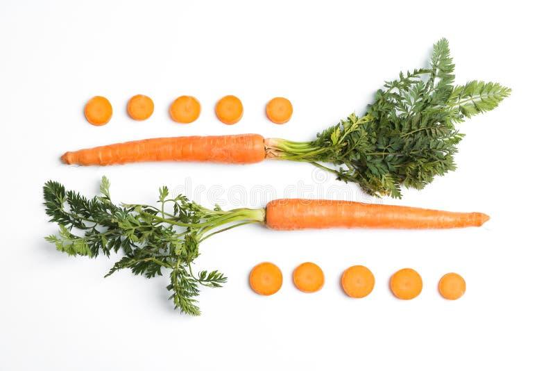 平的被放置的构成用成熟新鲜的红萝卜 免版税库存照片