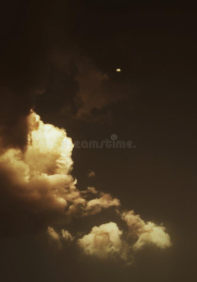 平衡与云彩和月亮的天空一个艺术性的看法  库存照片