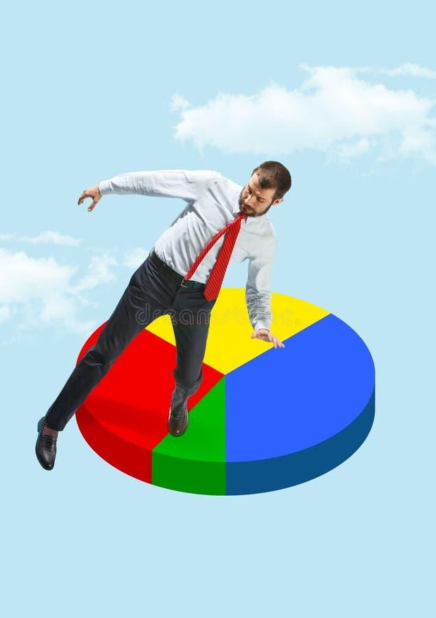 平衡在圆形统计图表的商人 库存图片