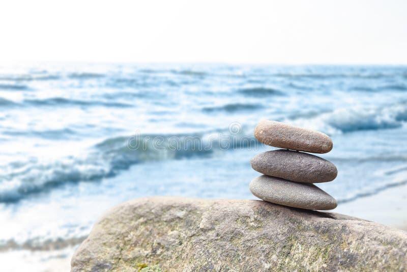平衡的禅宗小卵石扔石头户外反对被弄脏的背景 库存照片