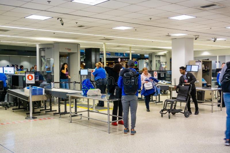2019年2月22日西雅图/WA/美国-穿过安检的人们在西雅图塔科马海国际机场 免版税库存图片