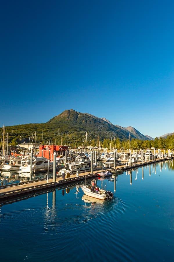 2018年9月15日-史凯威,AK:小船相接在小船港口 库存照片