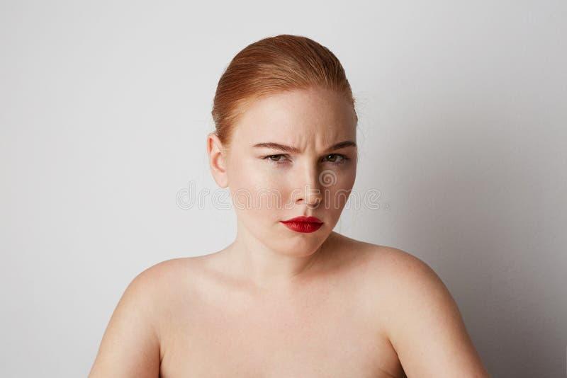 年轻与摆在白色背景的轻的裸体构成的红头发人女性模型 库存图片