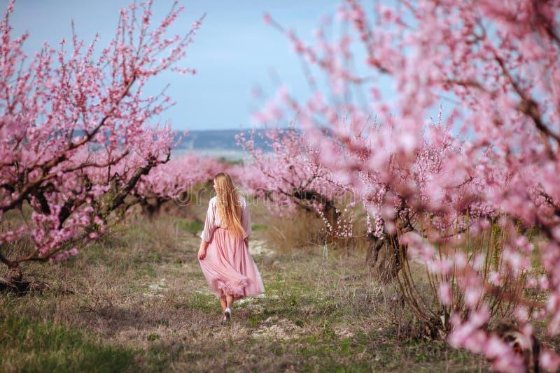 年轻可爱的妇女画象在春天开花 免版税库存图片