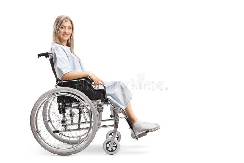 年轻女人坐的分钟一个轮椅和看照相机 库存图片