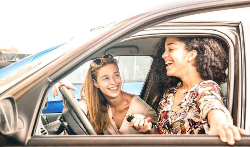 年轻女性最好的朋友获得乐趣在汽车roadtrip片刻-运输概念和都市普通的生活 免版税库存照片