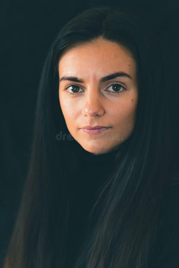 年轻女性白种人微笑在照相机 免版税库存照片
