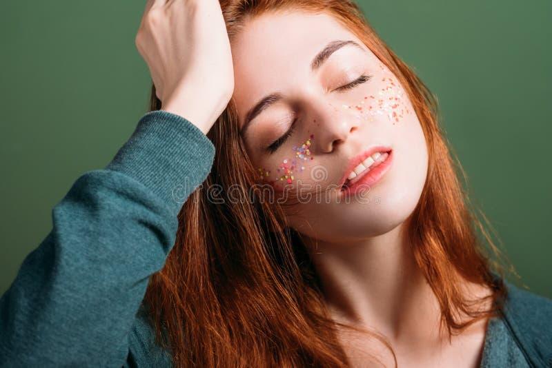 年轻女性画象党头疼闭上了眼睛 免版税图库摄影