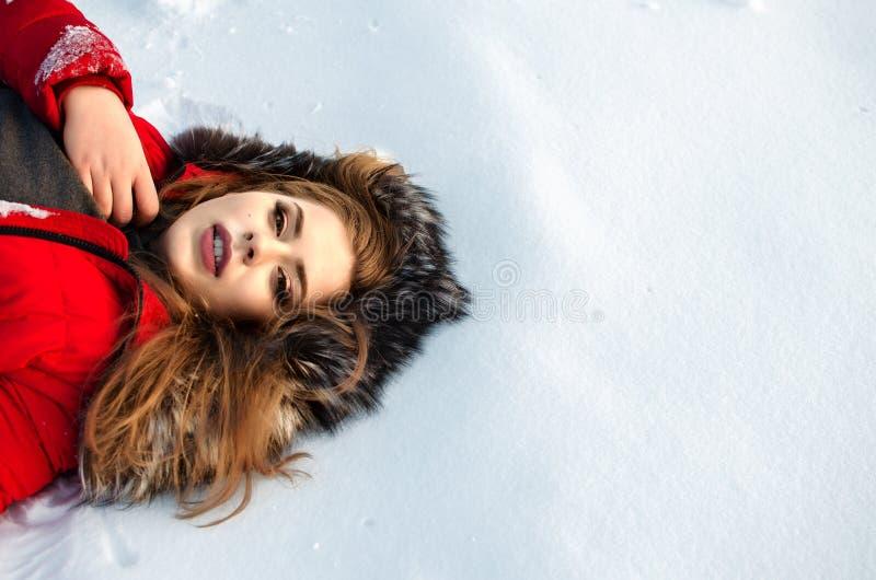 年轻微笑的女孩在冬天 免版税库存图片
