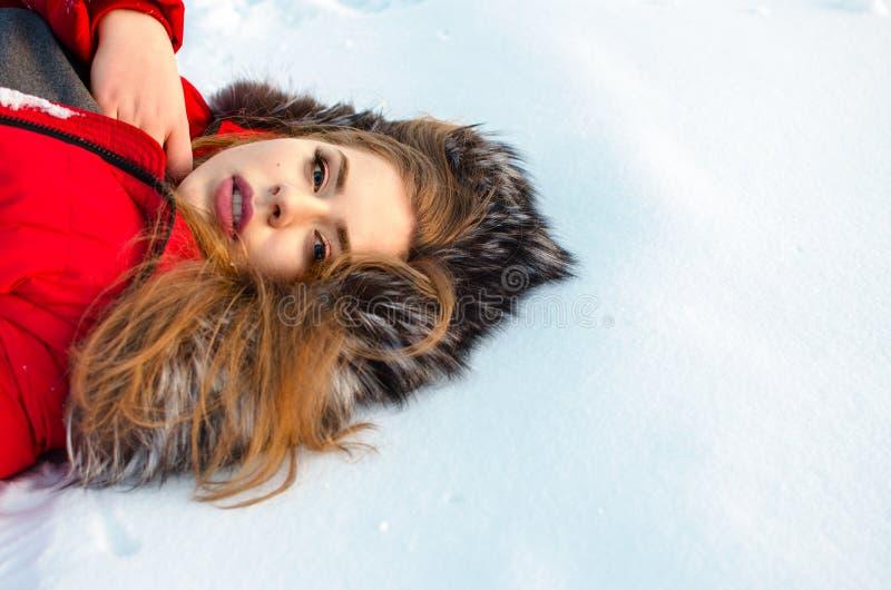 年轻微笑的女孩在冬天 库存图片