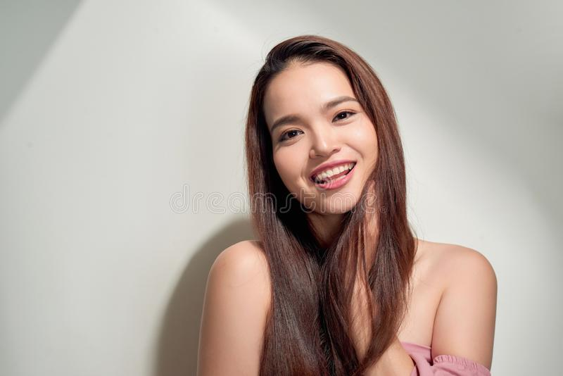 年轻微笑的妇女户外画象 虚拟晴朗的颜色 接近的纵向 美好女孩微笑 妇女在城市夏令时 免版税库存图片