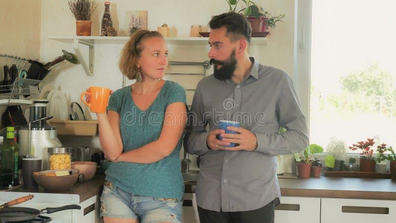 年轻忧郁的夫妇在家 图库摄影