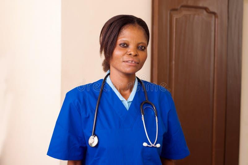 年轻护士身分在办公室 免版税库存照片