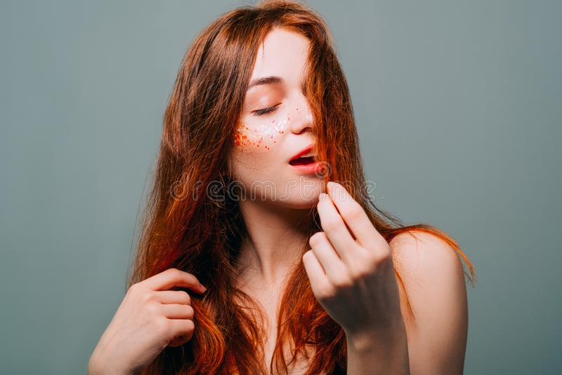 年轻时装模特儿画象红头发人秀丽妇女 库存照片