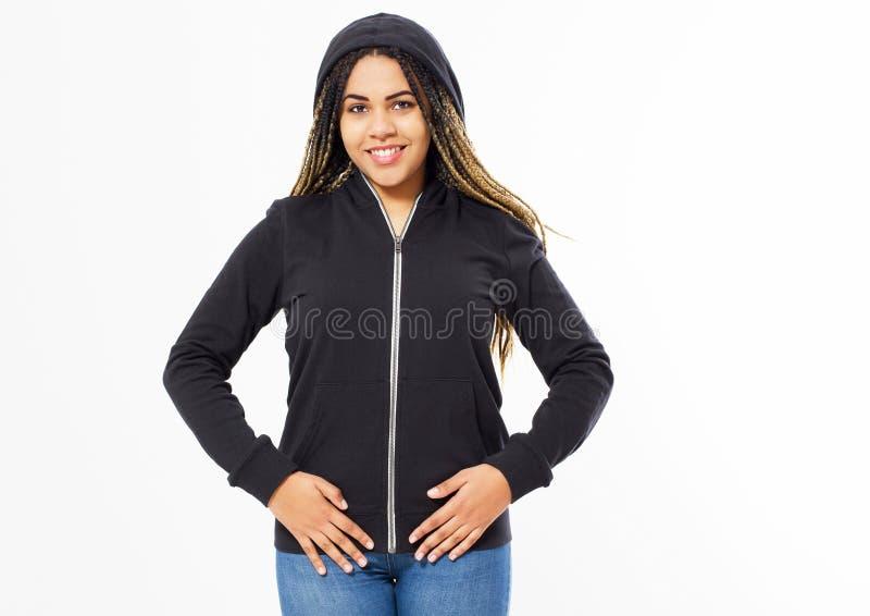 年轻美国黑人的戴头巾女孩画象被隔绝的白色背景的,妇女运动衫嘲笑  库存照片