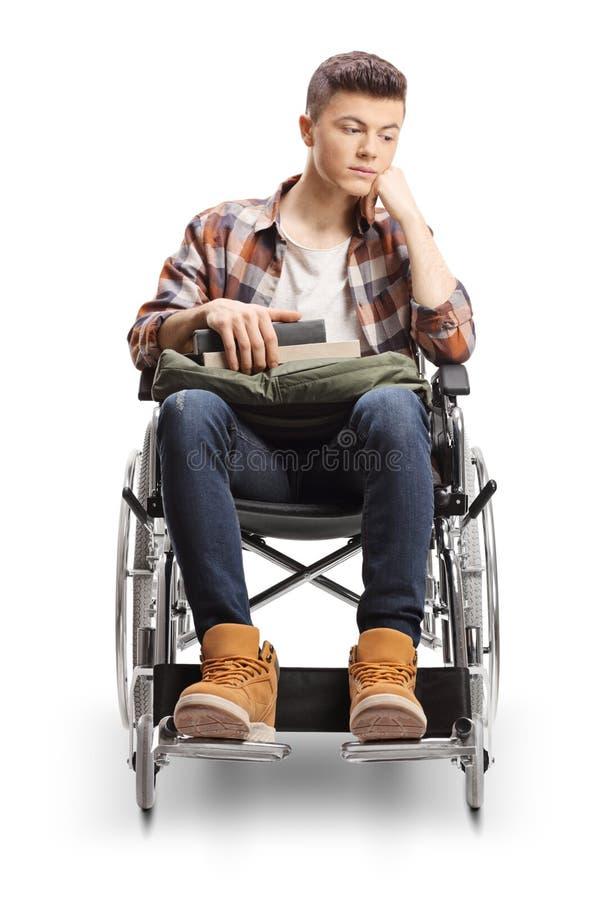 年轻男性轮椅认为的残疾学生 免版税库存照片