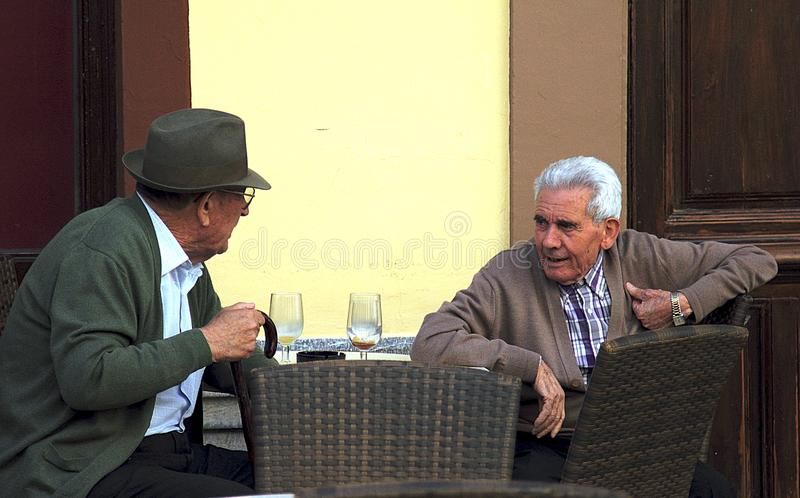 年长人谈话在街道咖啡馆在朗达 库存图片