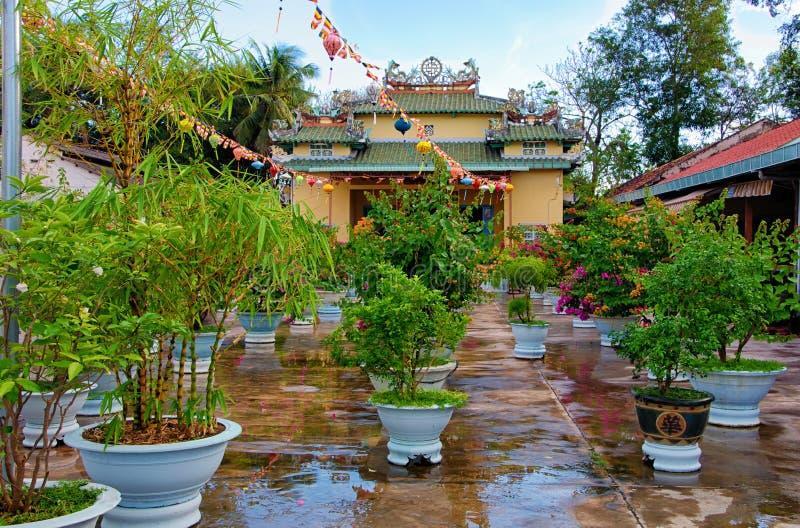 庭院在佛教寺庙Chua Tong Lam范Thien庭院里  库存图片