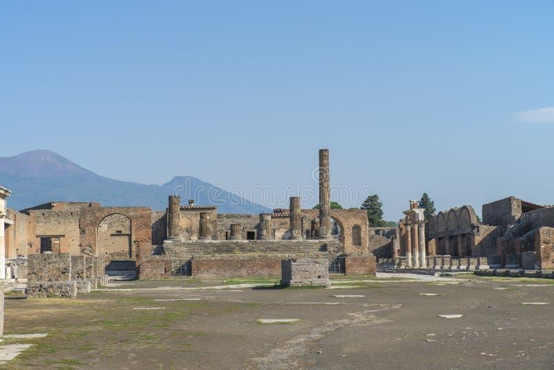 庞贝城,意大利- 2015年8月8日:古色古香的罗马寺庙废墟在火山维苏威,那不勒斯,意大利附近的庞贝城 图库摄影