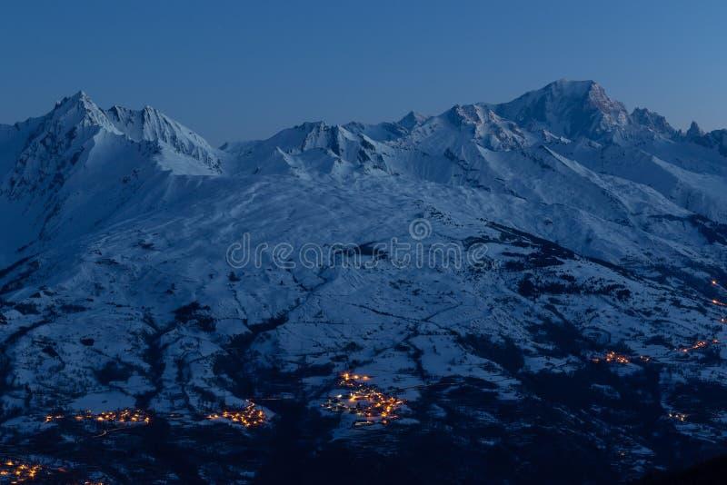 庄严山勃朗峰和在日出之前的积雪的山 从La皮拉涅滑雪场的看法在法国萨瓦山 图库摄影
