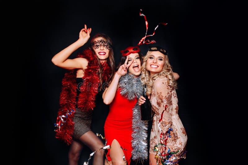 庆祝党,饮用的香槟和跳舞的年轻可爱的妇女 免版税库存照片