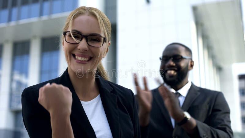 庆祝成功的起动,个人和事业成长的激动的女实业家 免版税图库摄影