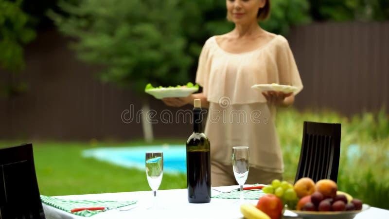 庆祝的在乡间别墅里,承办的服务俏丽的侍者服务桌 免版税库存图片